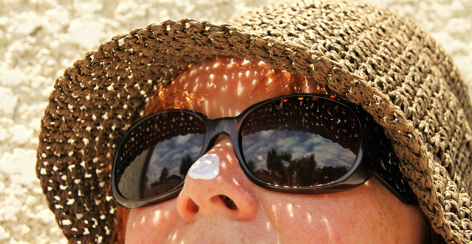Chapeau et lunettes de soleil